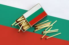 Le drapeau de la Bulgarie est montré sur une boîte d'allumettes ouverte, de laquelle plusieurs matchs tombent et des mensonges su photographie stock libre de droits