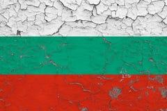 Le drapeau de la Bulgarie a peint sur le mur sale criqué Mod?le national sur la surface de style de cru photographie stock libre de droits