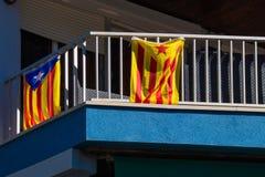 Le drapeau de la Catalogne dans le coup de l'Espagne sur le balcon photos libres de droits