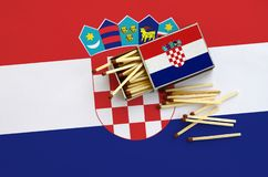 Le drapeau de la Croatie est montré sur une boîte d'allumettes ouverte, de laquelle plusieurs matchs tombent et des mensonges sur photo libre de droits