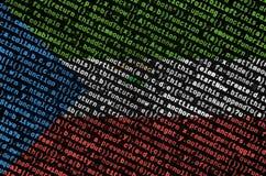 Le drapeau de la Guinée équatoriale est dépeint sur l'écran avec le code de programme Le concept de la technologie et du développ images libres de droits