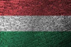 Le drapeau de la Hongrie est dépeint sur l'écran avec le code de programme Le concept de la technologie et du développement de si photographie stock