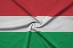 Le drapeau de la Hongrie est dépeint sur un tissu de tissu de sports avec beaucoup de plis Bannière d'équipe de sport images stock