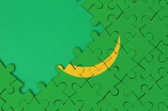 Le drapeau de la Mauritanie est dépeint sur un puzzle denteux réalisé avec l'espace vert libre de copie du côté gauche illustration de vecteur
