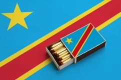 Le drapeau de la République démocratique du Congo est montré dans une boîte d'allumettes ouverte, qui est remplie de matchs et se images stock