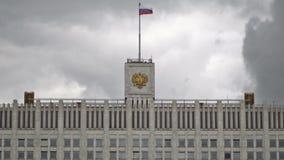Le drapeau de la Russie et le manteau des bras de la Fédération de Russie sur le dessus de la Chambre du gouvernement banque de vidéos