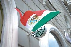 Le drapeau de la Russie Rostov-On-Don le 23 juin 2018 Mexique se développe dans le vent au-dessus de l'entrée au café image stock