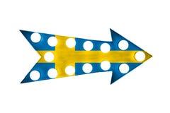 Le drapeau de la Suède a peint au-dessus du vintage signe métallique lumineux lumineux et coloré de flèche d'affichage Photographie stock libre de droits