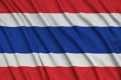 Le drapeau de la Thaïlande est dépeint sur un tissu de tissu de sports avec beaucoup de plis Bannière d'équipe de sport image stock