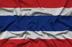 Le drapeau de la Thaïlande est dépeint sur un tissu de tissu de sports avec beaucoup de plis Bannière d'équipe de sport photographie stock