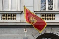 Le drapeau de Monténégro sur le poteau Photos stock