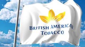 Le drapeau de ondulation avec British American Tobacco MANIENT LA BATTE le logo contre les nuages et le ciel Rendu 3D éditorial Photo libre de droits