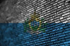 Le drapeau de République de Saint-Marin est dépeint sur l'écran avec le code de programme Le concept de la technologie et du déve photographie stock