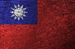 Le drapeau de Taïwan est dépeint sur l'écran avec le code de programme Le concept de la technologie et du développement de site m photographie stock libre de droits