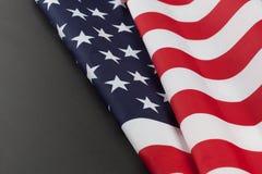 Le drapeau des Etats-Unis se plie sur le tableau avec l'espace de copie horizontal Image libre de droits