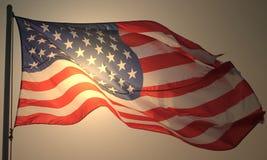 Le drapeau des Etats-Unis sur le poteau avec la vue transparente de fusée du soleil du fond Image stock