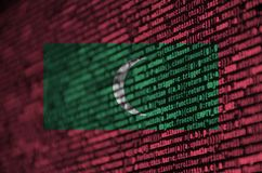 Le drapeau des Maldives est dépeint sur l'écran avec le code de programme Le concept de la technologie et du développement de sit photo libre de droits