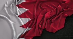 Le drapeau du Bahrain a ridé sur le fond foncé 3D rendent Photo libre de droits