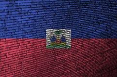 Le drapeau du Haïti est dépeint sur l'écran avec le code de programme Le concept de la technologie et du développement de site mo image libre de droits