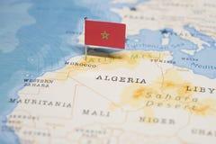 Le drapeau du Maroc dans la carte du monde photo libre de droits