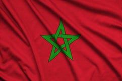 Le drapeau du Maroc est dépeint sur un tissu de tissu de sports avec beaucoup de plis Bannière d'équipe de sport photos libres de droits