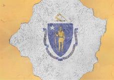 Le drapeau du Massachusetts d'état d'USA a peint sur le trou concret et fendu image stock