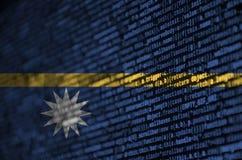 Le drapeau du Nauru est dépeint sur l'écran avec le code de programme Le concept de la technologie et du développement de site mo photographie stock libre de droits