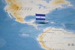 Le drapeau du Nicaragua dans la carte du monde images stock