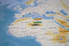 Le drapeau du Niger dans la carte du monde photo stock