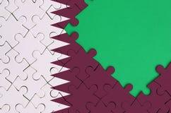 Le drapeau du Qatar est dépeint sur un puzzle denteux réalisé avec l'espace vert gratuit de copie du côté droit illustration de vecteur