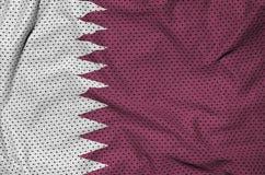 Le drapeau du Qatar a imprimé sur un tissu de maille en nylon de vêtements de sport de polyester W image stock