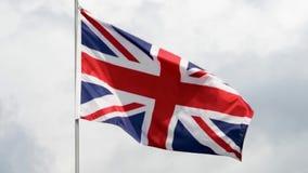 Le drapeau du Royaume-Uni ondule dans le vent dans le mouvement lent banque de vidéos