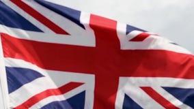 Le drapeau du Royaume-Uni ondule dans le vent dans le mouvement lent clips vidéos