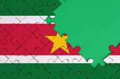 Le drapeau du Surinam est dépeint sur un puzzle denteux réalisé avec l'espace vert gratuit de copie du côté droit illustration de vecteur