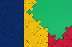 Le drapeau du Tchad est dépeint sur un puzzle denteux réalisé avec l'espace vert gratuit de copie du côté droit illustration de vecteur