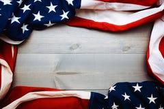 Le drapeau du uni assouvit sur un fond gris de planche avec l'espace de copie images stock