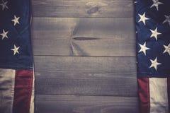 Le drapeau du uni assouvit sur un fond gris de planche avec l'espace de copie photos libres de droits