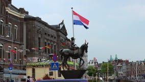 Le drapeau du vidéoclip néerlandais dans la ville d'Amsterdam d'Amsterdam banque de vidéos