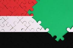 Le drapeau du Yémen est dépeint sur un puzzle denteux réalisé avec l'espace vert gratuit de copie du côté droit illustration libre de droits
