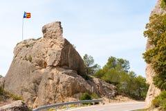 Le drapeau espagnol Estelada sur la montagne, au-dessus du fond de ciel bleu, Catalunya, Espagne Copiez l'espace Photo stock
