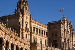 Le drapeau espagnol ondulant dans le vent en Plaza de Espana en Séville Photo stock