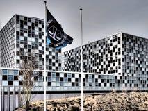 Le drapeau et la Cour pénale internationale dans des couleurs dramatiques Images stock