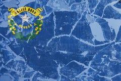 Le drapeau national de l'état d'USA Nevada dedans contre un mur gris avec des fissures et des défauts le jour de l'indépendance e illustration de vecteur