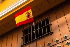Le drapeau national de l'Espagne est exposé dans une fenêtre photographie stock libre de droits