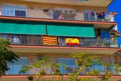 Le drapeau national de l'Espagne et le drapeau de la Catalogne sont traînés ensemble image libre de droits