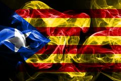 Le drapeau national de la Catalogne a fait à partir de la fumée colorée d'isolement sur le fond noir illustration de vecteur