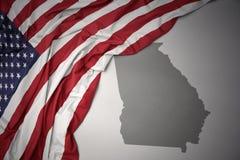 Le drapeau national de ondulation des Etats-Unis d'Amérique sur une Géorgie grise énoncent le fond de carte Images libres de droits