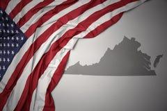 Le drapeau national de ondulation des Etats-Unis d'Amérique sur une Virginie grise énoncent le fond de carte Images libres de droits