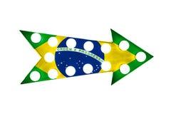 Le drapeau national du Brésil a peint au-dessus d'un vintage signe métallique lumineux lumineux et coloré de flèche d'affichage Photos stock