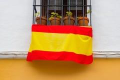 Le drapeau national du coup de l'Espagne sur le balcon photos libres de droits